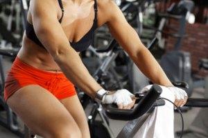 ¿Puedo fortalecer mis piernas y mi trasero andando en una bicicleta de ejercicio?