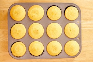 How to Remove Cupcakes From the Pan