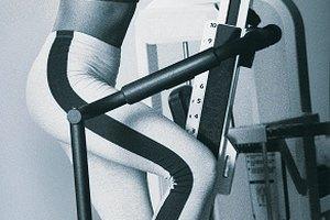 ¿Qué máquina de ejercicio trabaja el músculo tensor de la fascia lata?
