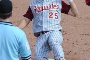 ¿De qué material están hechos los bates de béisbol de la universidad?