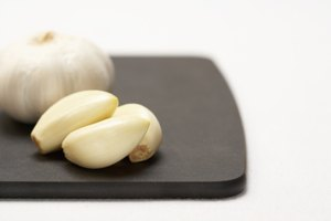 How to Substitute Minced Garlic for Garlic Cloves