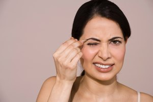How to Tweeze Your Eyebrows Painlessly