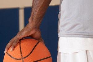 Cómo agarrar un balón de baloncesto con una mano