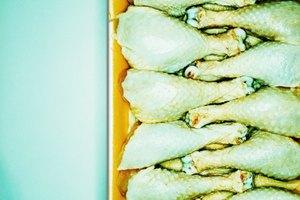 ¿Se puede cocinar pollo que fue descongelado a temperatura ambiente?