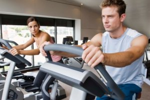 Ejercicios para rehabilitar las rodillas en bicicleta reclinada y en bicicleta vertical