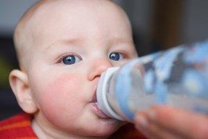 Cómo evitar que el bebé trague aire cuando se alimenta con biberón