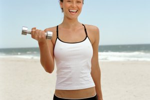 ¿Qué músculos trabajan con el levantamiento de mancuernas?
