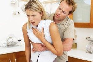 Cómo desalojar los alimentos atascados en la parte posterior de la garganta