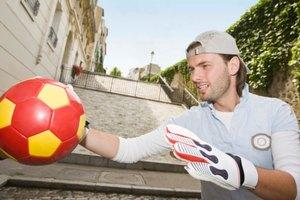 ¿Cuándo un portero de fútbol puede tomar el balón?