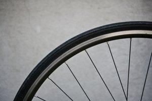 Cómo convertir una bicicleta de paseo en una bicicleta fija de ejercicios