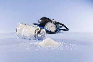 ¿Cuánto sodio puedo consumir al día para bajar de peso?