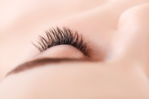 How to Replace Lost Eyelashes