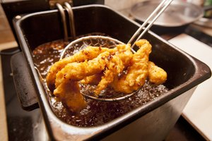 How to Remove Fried Food Flavors From Used Cooking Oil