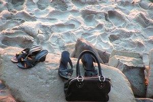 How to Recognize a Stone Mountain Handbag
