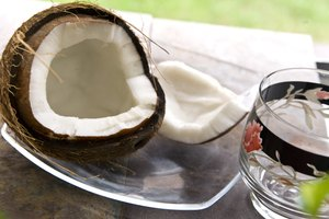How to Prepare Raw Coconut to Eat