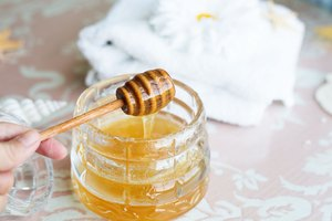 How to Make a Honey-Sugar Facial Scrub