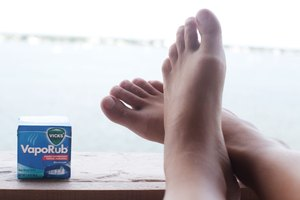 How to Put Vicks Vapor Rub on Feet