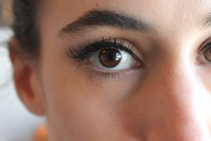 How to Hide Asymmetrical Eyes With Makeup