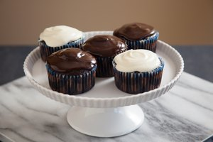 How to Dip Cupcakes to Frost Them
