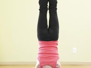 Risks & Benefits of Yoga Headstands