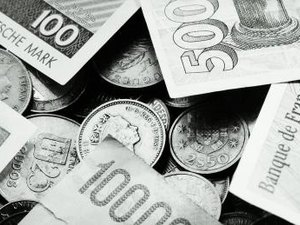 Difference Between Foreign Currency Options & Futures