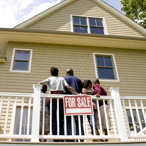 The Advantages & Disadvantages of Losing a House to Foreclosure