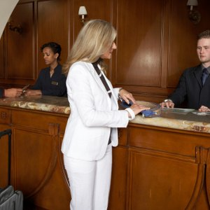 How Much Do They Pay Hourly at a Hotel Front Desk?
