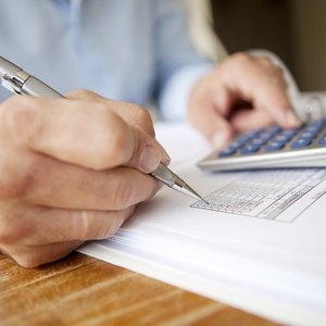 How Long Do Pending Charges Show on a Bank Account?