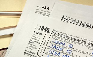 Do I Report a Roth IRA Contribution on a 1040?