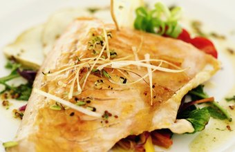 Grilled chicken with a fresh salad can be a nutritious dinner to help you lose weight.