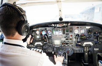How Much Does an Airplane Pilot Make Per Year?