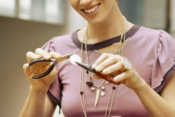 What Is the Average Beginning Salary for Making Jewelry?