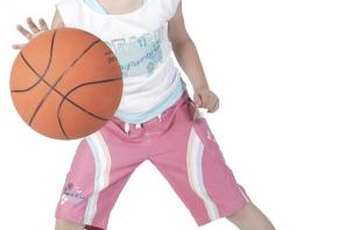Basketball beginners should first learn how to dribble the ball.