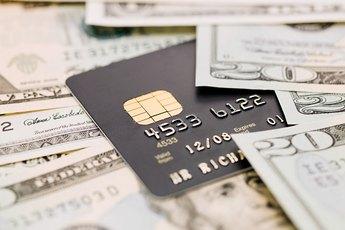 The Advantages & Disadvantages of Using Cash vs. Credit