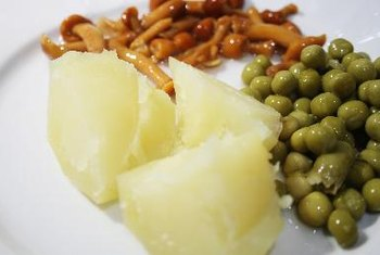 Boiled potatoes are low in calories and fat, but high in fiber and nutrients.