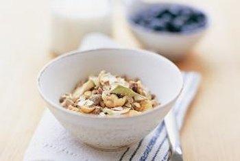 Les céréales à grains entiers et le lait faible en gras sont un bon choix pour le petit-déjeuner, affirme la clinique Mayo.