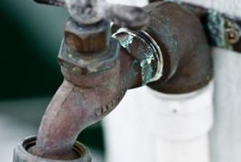 Remove a spigot from CPVC pipe by cutting the pipe.