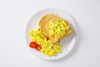 How Many Carbohydrates Are in Scrambled Eggs With Cheese & Peppers?