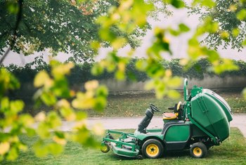 How to Fill a Hydrostatic Transmission in a Lawn Tractor
