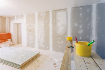 How to Remove Plaster From Walls to Convert to Drywall