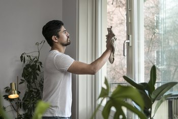 How to Remove Concrete Splatter From Windows