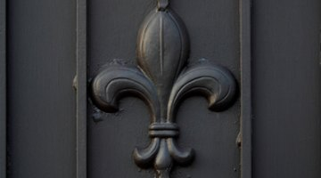The French fleur de lis contains no stamens, unlike the Italian version.