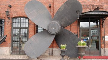 Use this picture of a four-petaled propeller as a guide.