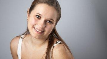 ¿Qué causa manchas oscuras en las encías de los humanos?
