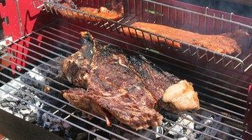 O churrasco dá um sabor único ao ombro de porco e outras carnes