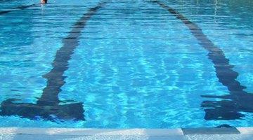¿Cuál tratamiento se debe aplicar en caso de inhalación de cloro para piscina?