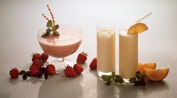 Saber cómo mezclar naranjas y leche para hacer tu propia versión de Orange Julius te permite servir bebidas refrescantes ricas en calcio y vitamina C.