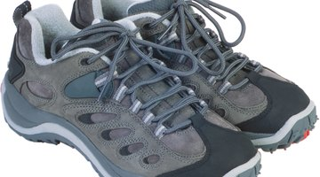 Utiliza zapatos resistentes de buena fabricación, y reemplázalos con frecuencia para evitar un desgaste desigual.