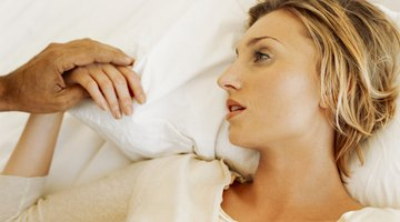 ¿Qué causa que las manos o brazos se duerman durante la noche?