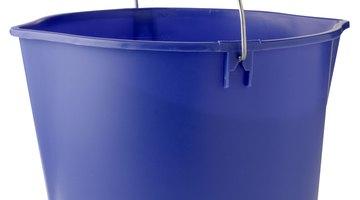 Um balde pode se transformar em um chuveiro portátil
